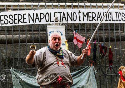Attore di strada recita a piazza San Domenico