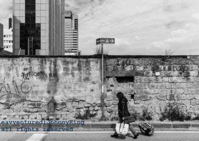 Donna con valigia a via Taddeo da Sessa