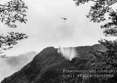 Elicottero scarica acqua nei pressi di un traliccio della rete elettrica