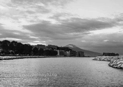 Il lungomare, il castello e il Vesuvio imbiancato
