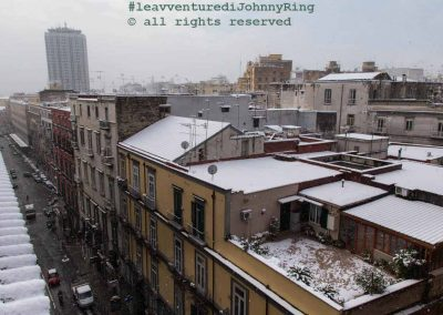 La neve cade sui tetti di Napoli