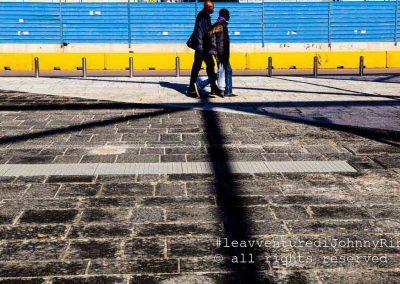 Due migranti passeggiano a Piazza Garibaldi