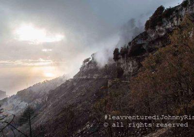 Monte Faito, nebbia sulla terra bruciata