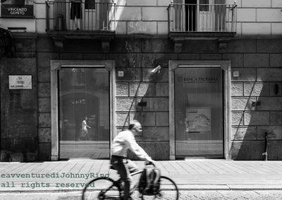Uomo in bici a via Toledo