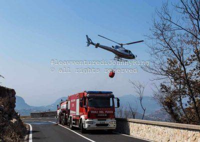 elicottero anticendio sale in volo dopo il rifornimento d'acqua
