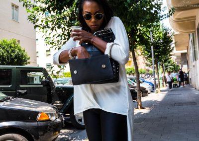 una donna, una borsa, due mani